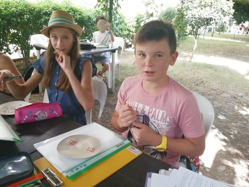 Мальчик и девочка на уроке