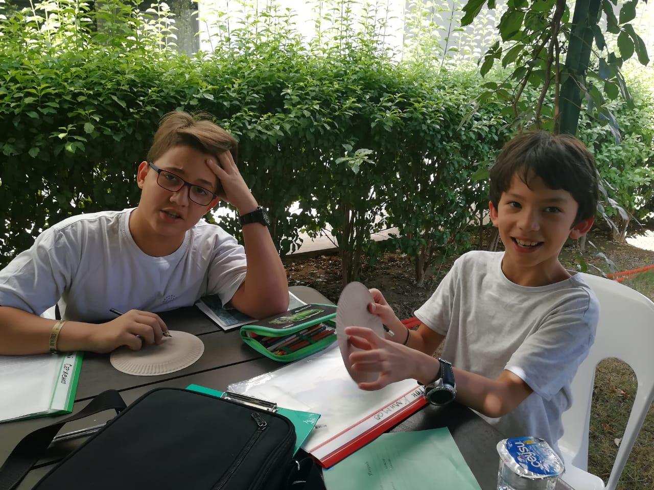 Мальчики на рисовании