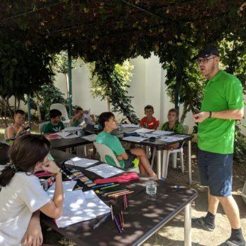 Преподаватель в зеленой футболке