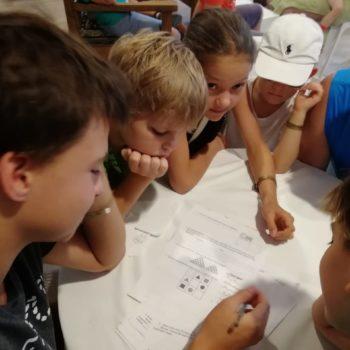 Дети решают задачу