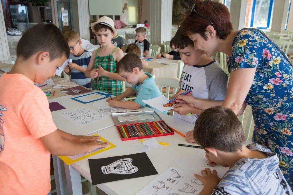 Дети решают задачи в лагере