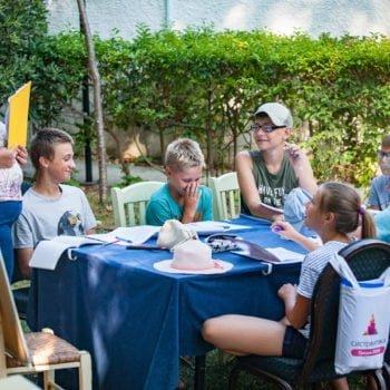 Ребята в лагере в Греции